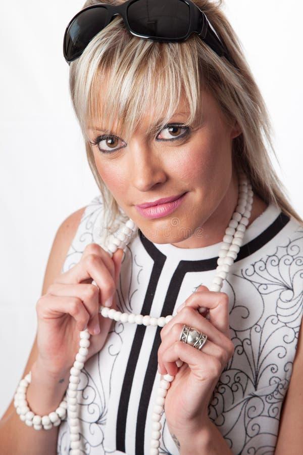 Aantrekkelijke blondedame die retro stijluitrusting dragen stock afbeelding
