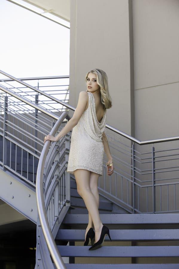 Aantrekkelijke blondevrouw op stedelijke trap royalty-vrije stock afbeelding