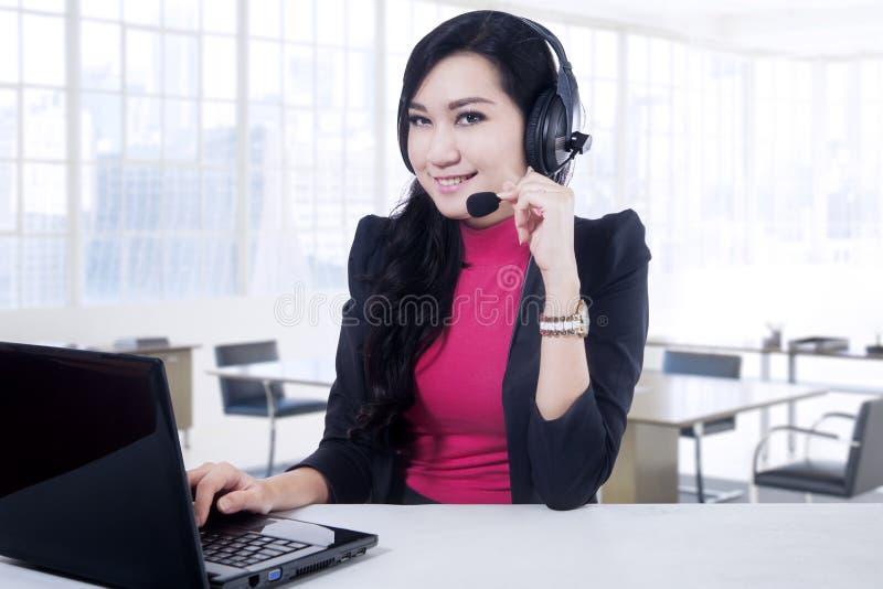 Aantrekkelijke call centreexploitant in bureau royalty-vrije stock foto