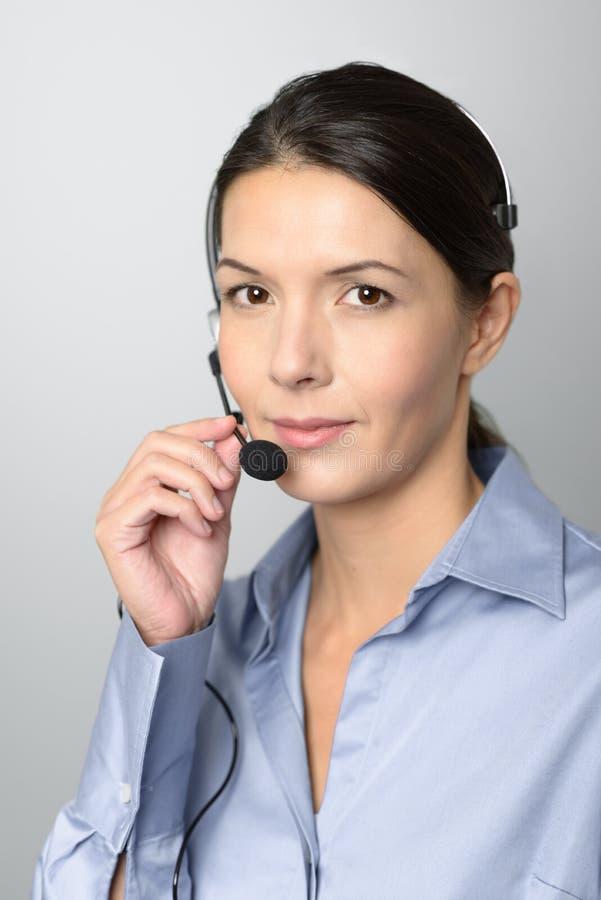 Aantrekkelijke call centreexploitant die een hoofdtelefoon dragen stock foto