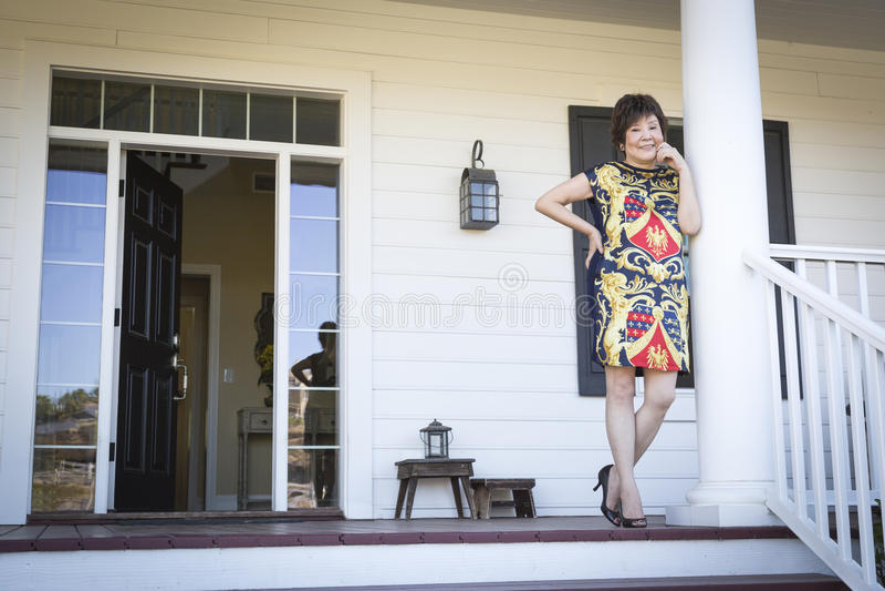 Aantrekkelijke Chinese Vrouw op Haar Front Porch royalty-vrije stock afbeeldingen