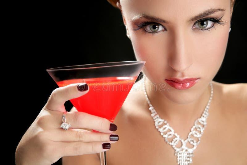 Aantrekkelijke cocktailvrouw met martini rood glas stock foto's