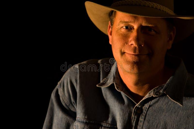 Aantrekkelijke cowboy zwarte achtergrond royalty-vrije stock fotografie