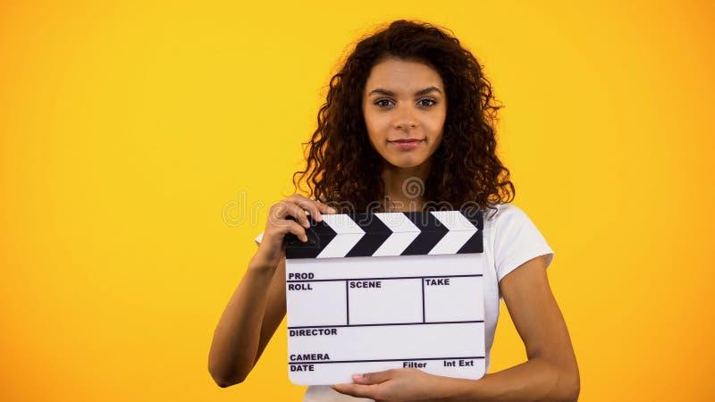 Aantrekkelijke de kleppenraad van de zwarteholding, filmstudio, acteursauditie, klem stock foto