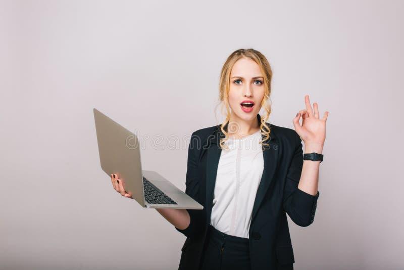 Aantrekkelijke die blondeonderneemster met laptop op witte achtergrond wordt geïsoleerd Het dragen van modieus bureaukostuum, mod royalty-vrije stock fotografie