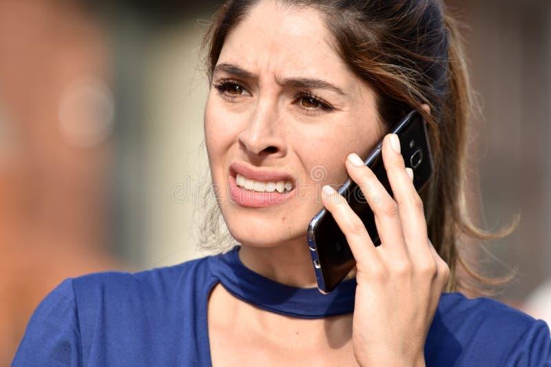 Aantrekkelijke Diverse Vrouwelijke Gebruikende Celtelefoon en Ongelukkig royalty-vrije stock foto's