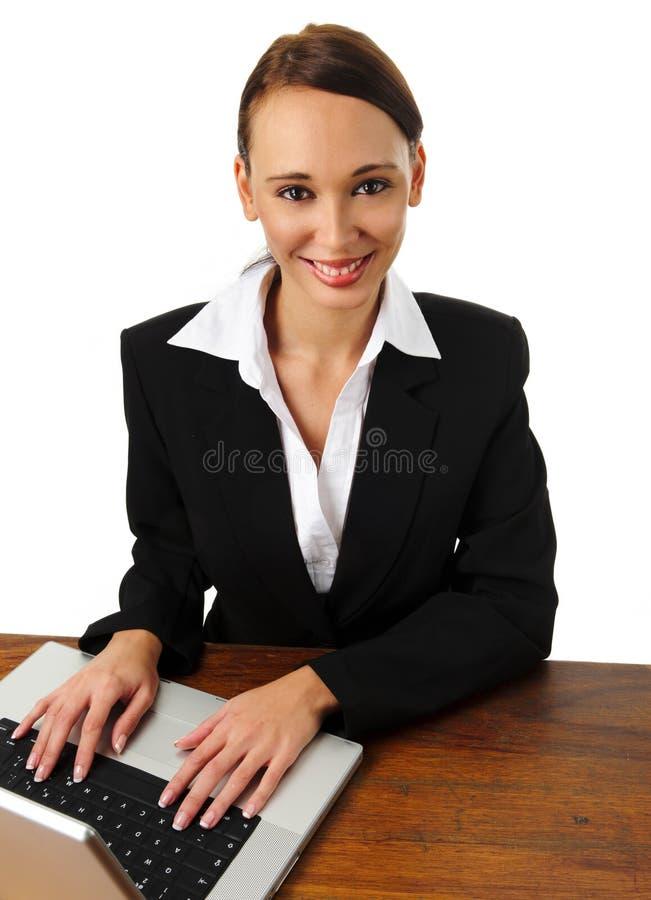 Aantrekkelijke donkerbruine bedrijfsvrouwenglimlachen stock foto's