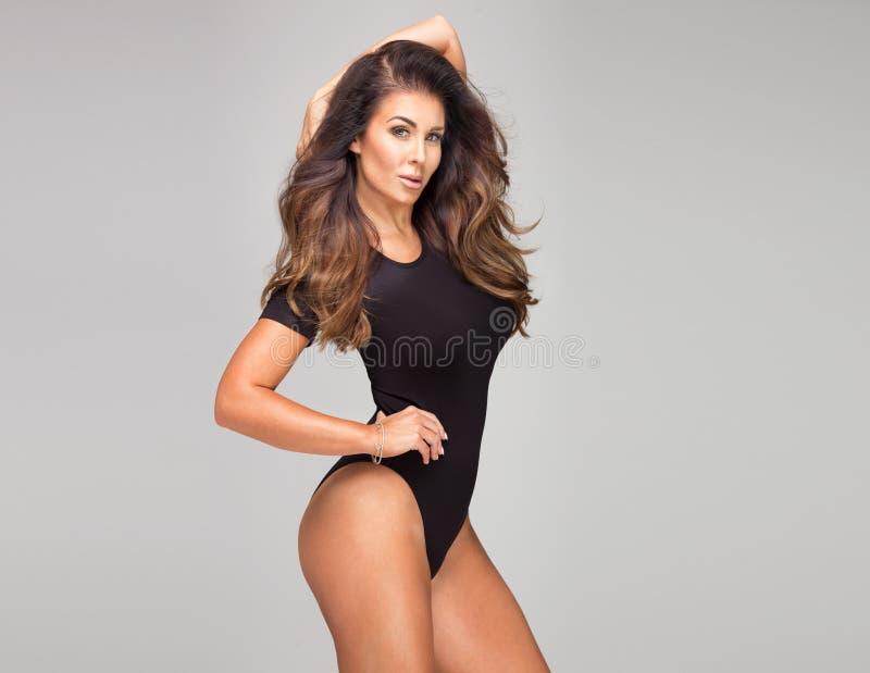 Aantrekkelijke Donkerbruine Dame Posing stock foto's