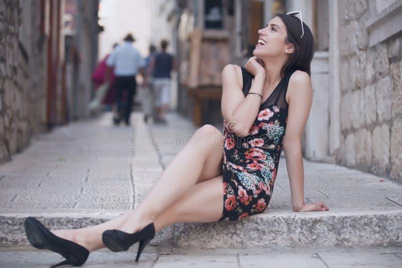 Aantrekkelijke donkerbruine elegante vrouw die pret hebben die van zomer, lachen en glimlachen de gelukkig tijdens de vakantierei stock afbeeldingen