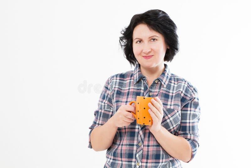 Aantrekkelijke donkerbruine vrouw die op middelbare leeftijd hete thee drinken of coffe De kop van de vrouwengreep royalty-vrije stock fotografie