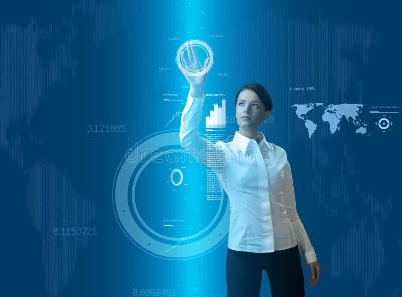Aantrekkelijke donkerbruine vrouw in futuristische interface
