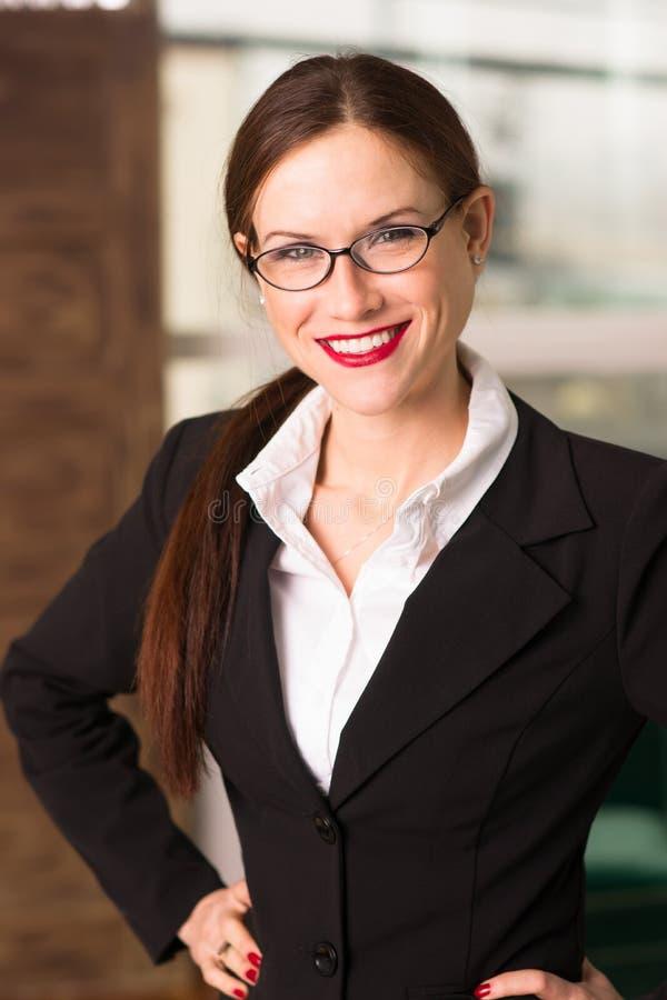 Aantrekkelijke Donkerbruine Vrouwelijke Bedrijfsvrouw CEO Office Workplace stock afbeeldingen
