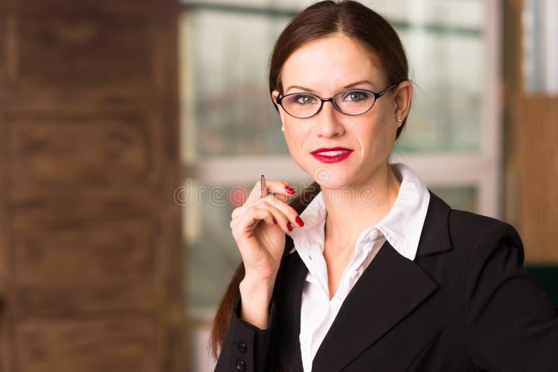 Aantrekkelijke Donkerbruine Vrouwelijke Bedrijfsvrouw CEO Office Workplace royalty-vrije stock foto's