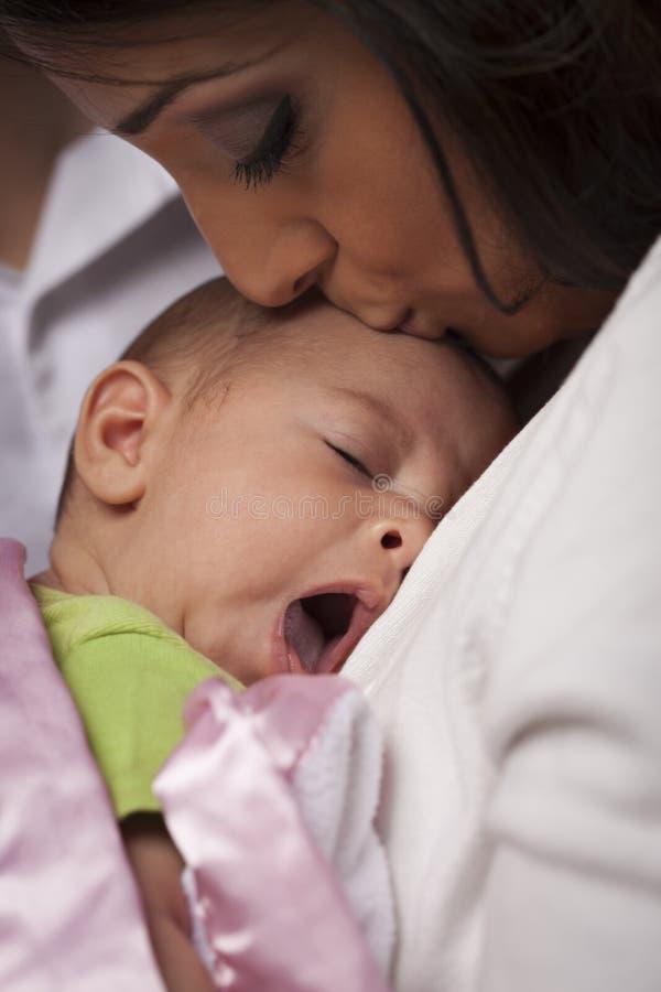 Aantrekkelijke Etnische Vrouw met Haar Geeuwende Pasgeboren Baby royalty-vrije stock fotografie