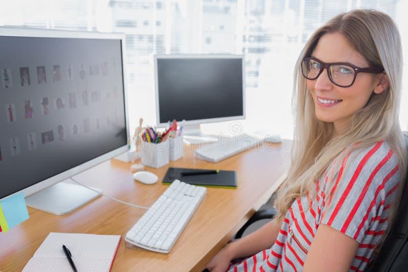 Aantrekkelijke fotoredacteur die aan computer werkt royalty-vrije stock afbeelding