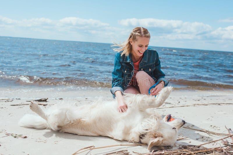 aantrekkelijke gelukkige vrouw het spelen bal met golden retrieverhond royalty-vrije stock foto's