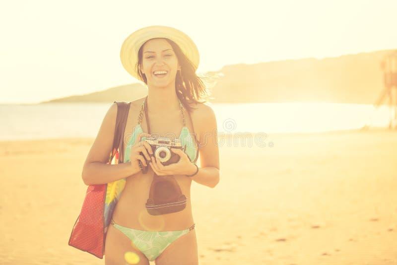 Aantrekkelijke geschikte in moderne hipstervrouw die foto's met retro uitstekende filmcamera nemen Levensstijlfotograaf royalty-vrije stock afbeelding