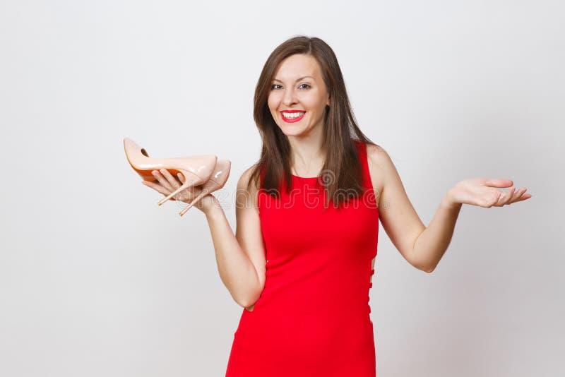 Aantrekkelijke glamour Kaukasische modieuze jonge glimlachende vrouw in rode die kleding op witte achtergrond wordt geïsoleerd Ex royalty-vrije stock afbeeldingen