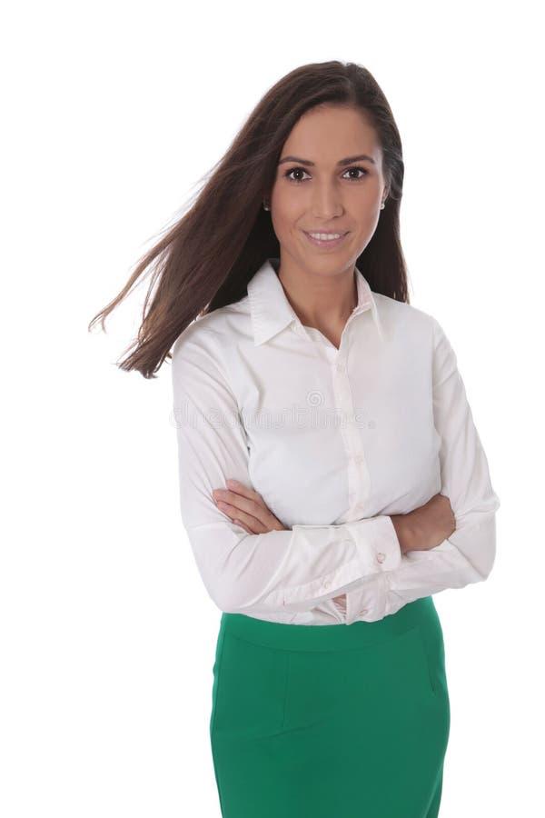 Aantrekkelijke glimlachende bedrijfsdievrouw over wit wordt geïsoleerd stock foto