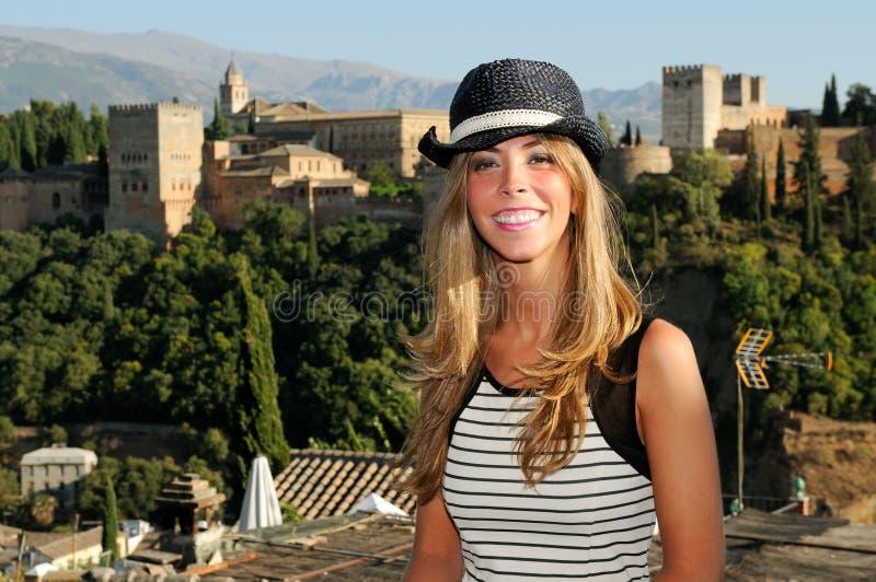 Aantrekkelijke glimlachende blonde vrouw met zonhoed stock foto's