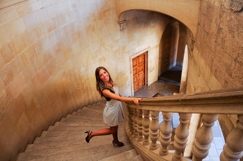 Aantrekkelijke glimlachende blondevrouw op treden royalty-vrije stock fotografie