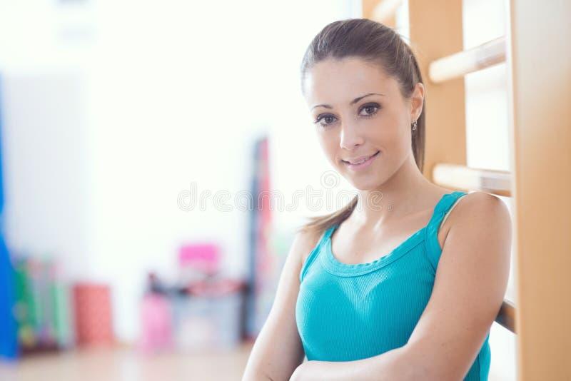 Aantrekkelijke glimlachende vrouw bij gymnastiek royalty-vrije stock foto