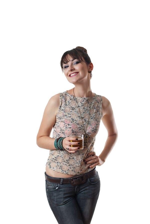 Aantrekkelijke glimlachende vrouw die volledig glas houdt royalty-vrije stock fotografie