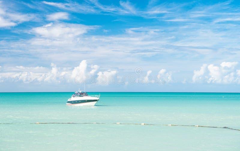Aantrekkelijke heldere mening van exotisch kleurrijk mooi marien strand met boot op blauw water stock afbeeldingen