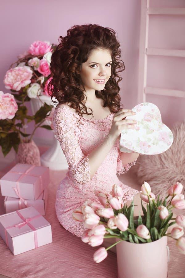 Aantrekkelijke het glimlachen het portret open huidige, romantische sur van het tienermeisje stock foto