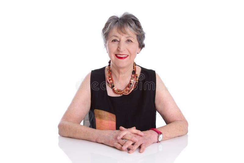 Aantrekkelijke hogere dame - oudere die vrouw op witte backgroun wordt geïsoleerd royalty-vrije stock fotografie