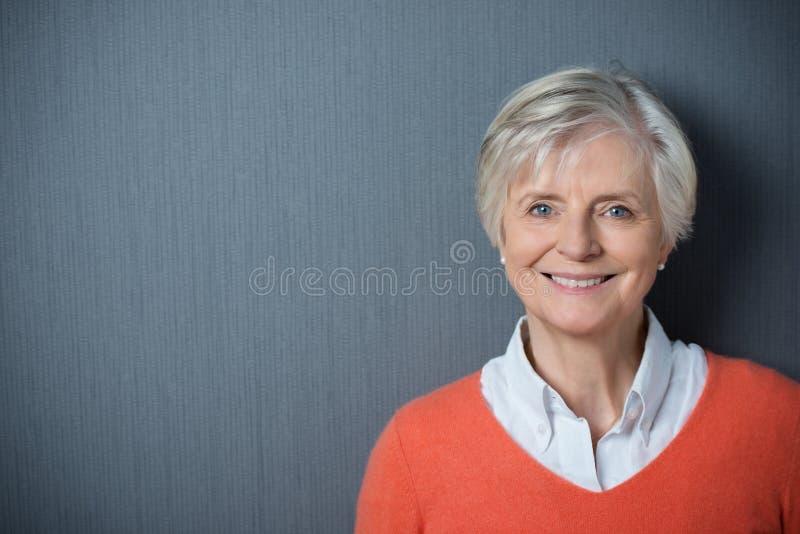 Aantrekkelijke hogere vrouw met een richtende glimlach stock afbeeldingen