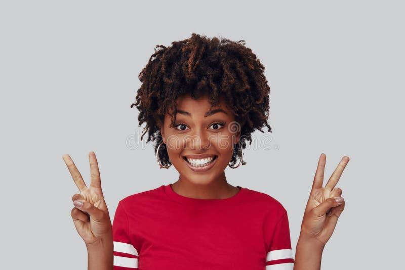 Aantrekkelijke jonge Afrikaanse vrouw stock fotografie