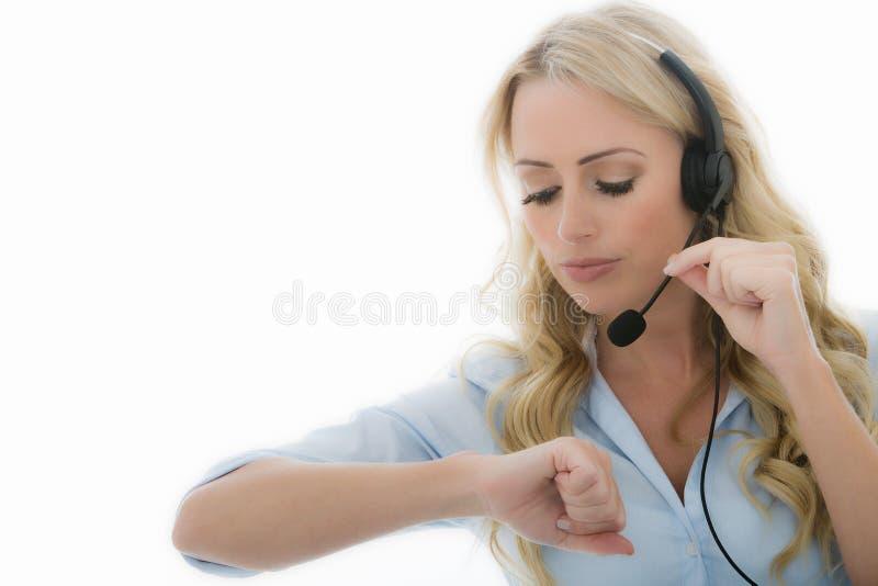 Aantrekkelijke Jonge Bedrijfsvrouw die een Telefoonhoofdtelefoon met behulp van stock fotografie