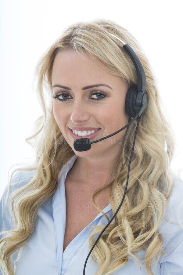 Aantrekkelijke Jonge Bedrijfsvrouw die een Telefoonhoofdtelefoon met behulp van royalty-vrije stock foto's