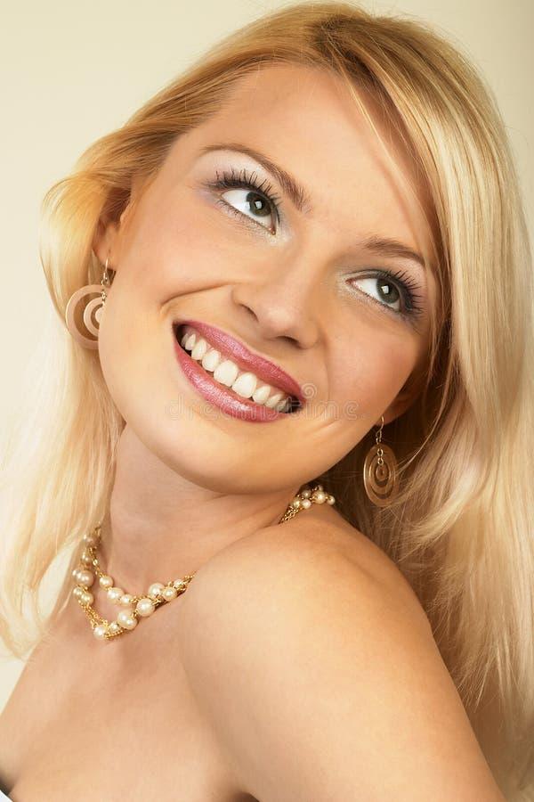 Aantrekkelijke jonge blonde vrouw. Close-up. stock afbeelding