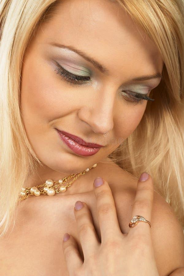 Aantrekkelijke jonge blonde vrouw. Close-up. stock foto's