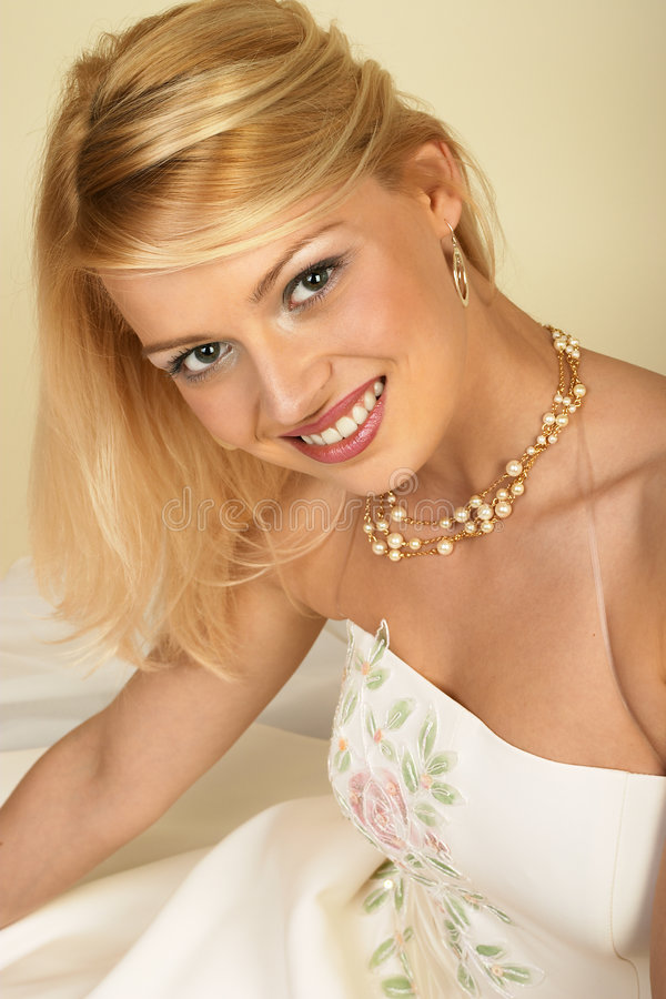 Aantrekkelijke jonge blonde vrouw. Close-up. royalty-vrije stock afbeelding