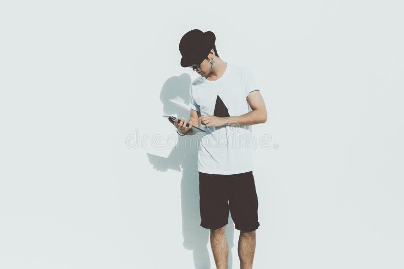 Aantrekkelijke jonge Braziliaanse kerel met tablet stock afbeelding