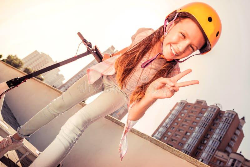Aantrekkelijke jonge dame met brede glimlach die in gelukkige stemming zijn stock afbeeldingen