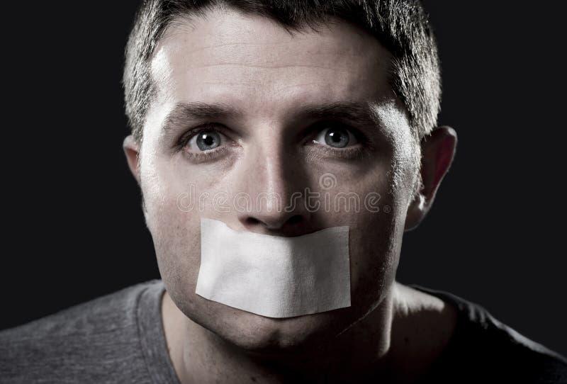 Aantrekkelijke jonge die mens met mond op buisband wordt verzegeld om hem te verhinderen te spreken stock afbeeldingen