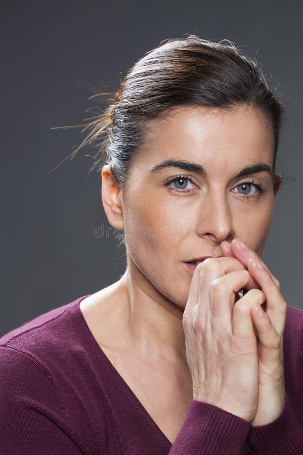 Aantrekkelijke jonge donkerbruine vrouw die bezorgd kijken stock foto's