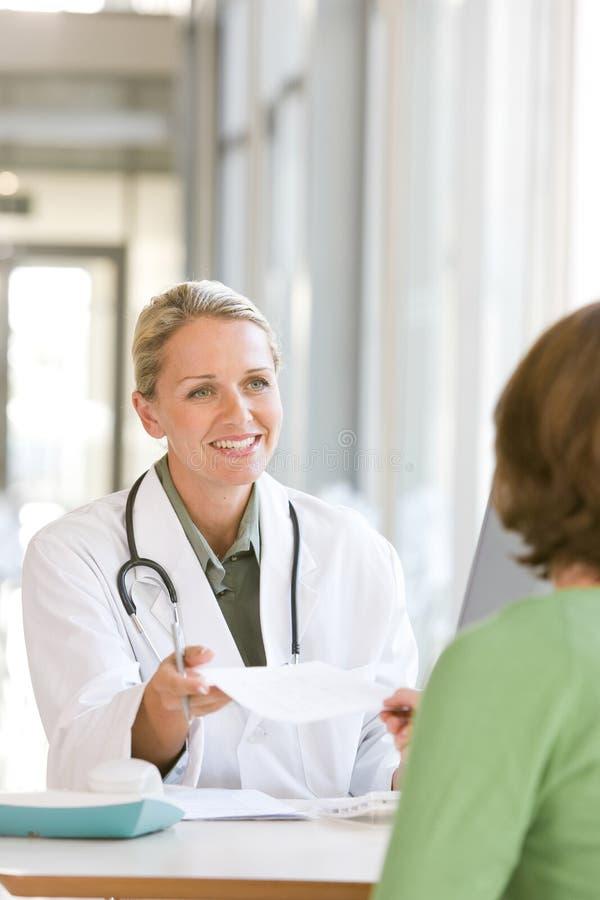 Aantrekkelijke jonge gevende arts stock fotografie