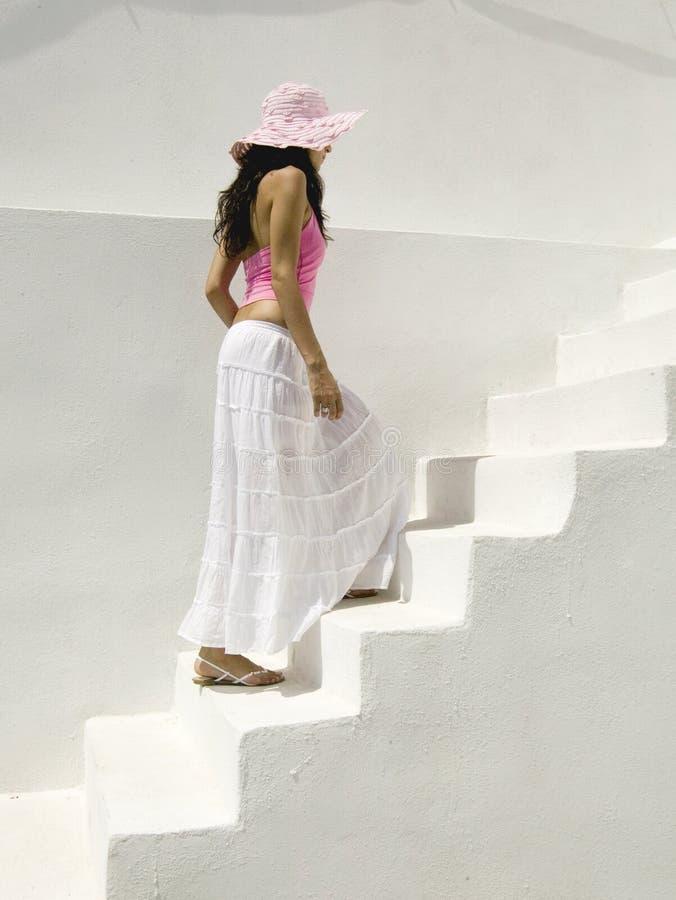 Aantrekkelijke jonge Griekse vrouw op de straten van Oia, Santorini stock fotografie