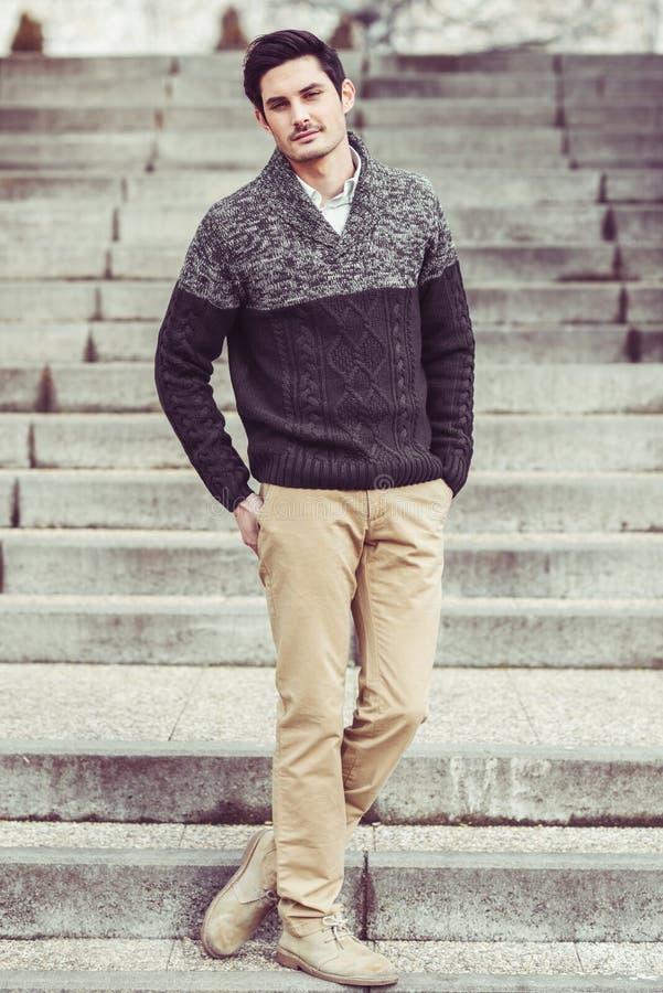 Aantrekkelijke jonge knappe mens, model van manier in stedelijke backgro royalty-vrije stock afbeeldingen