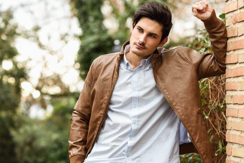 Aantrekkelijke jonge knappe mens, model van manier in stedelijke backgro stock fotografie