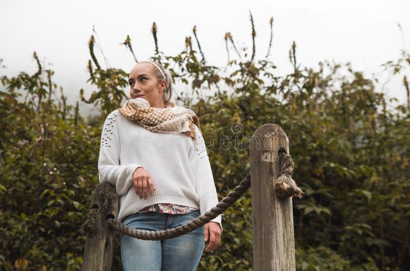 Aantrekkelijke jonge Latijnse vrouw in een bos het lopen brug royalty-vrije stock fotografie