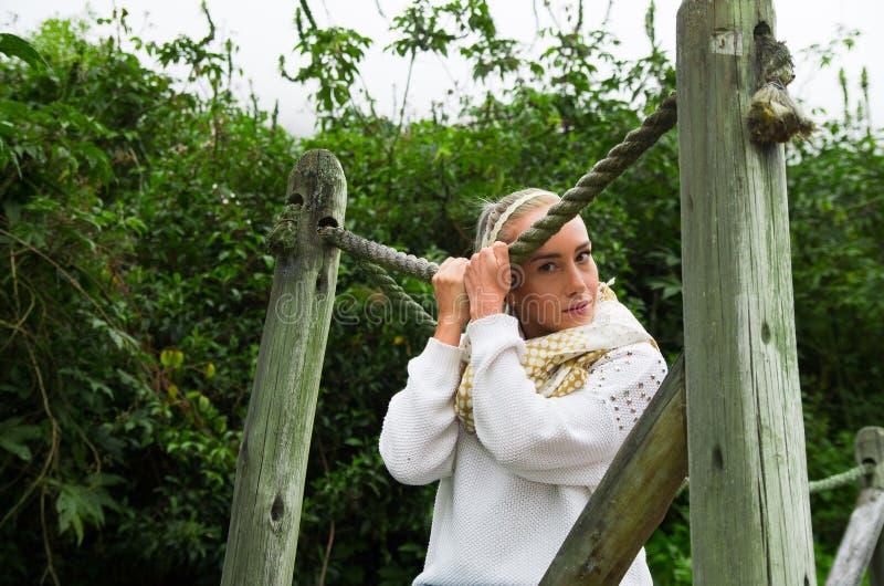 Aantrekkelijke jonge Latijnse vrouw in een bos het lopen brug royalty-vrije stock afbeeldingen