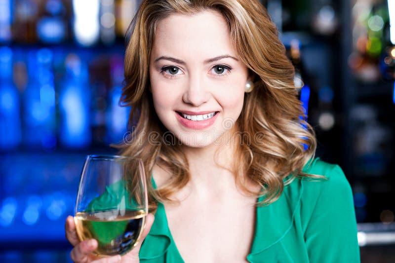 Aantrekkelijke jonge meisje het drinken wijn stock fotografie