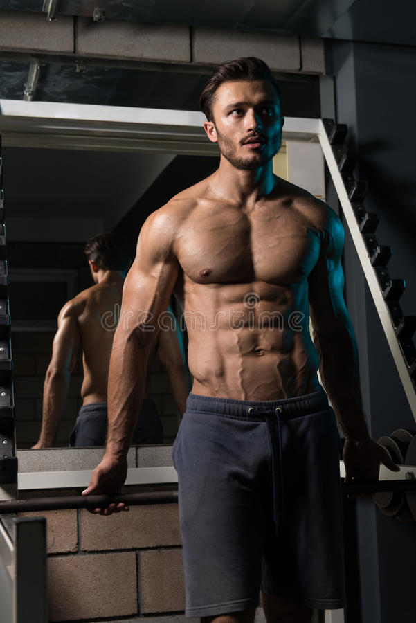 Aantrekkelijke Jonge Mens die in de Oefening van Gymnastiekafther rusten royalty-vrije stock foto's