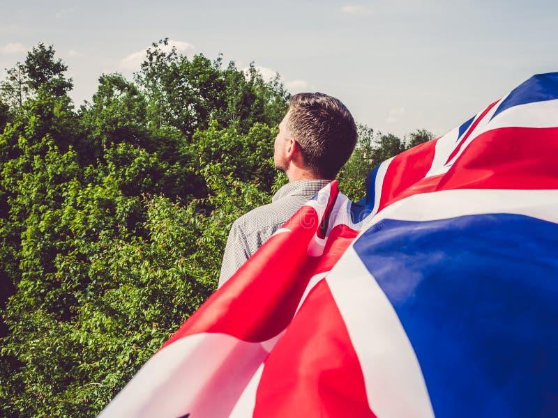 Aantrekkelijke, jonge mens die een Britse Vlag golven royalty-vrije stock foto